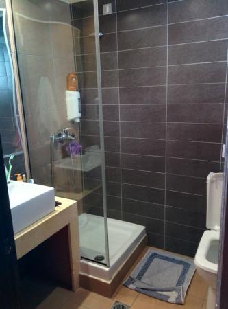 Salle de bain trop petite chambre 612 picture of akti - Tres petite salle de bain ...