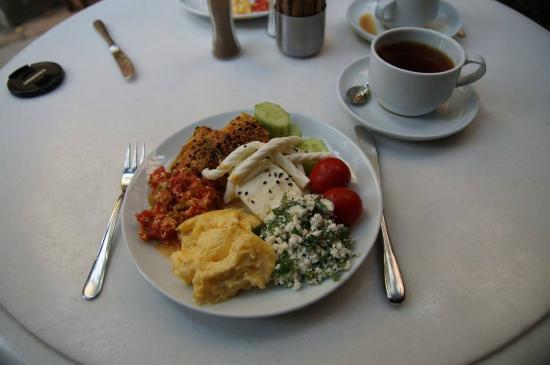 Hotel Empress Zoe: Yes, we actually took a photo of breakfast because we liked them so much :)