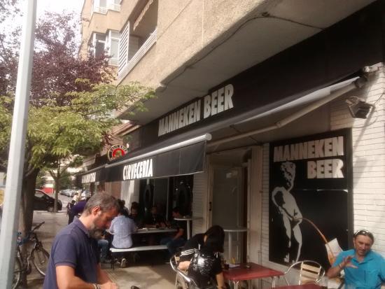 Cerveceria Manneken Beer: Fachada y terraza