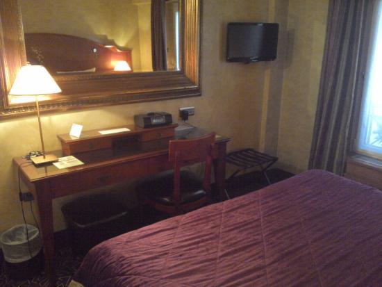Bureau chambre 19 picture of hotel muguet paris for Chambre 19 paris