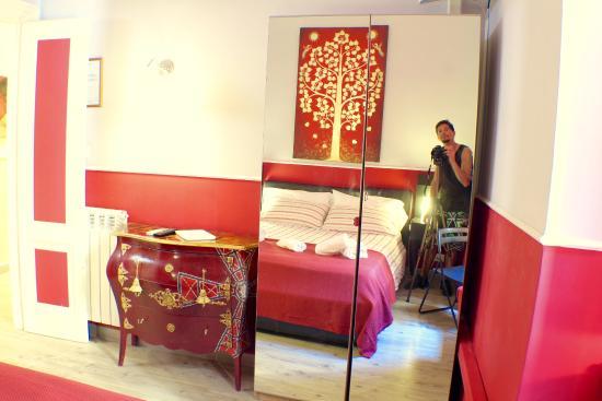 Eat&Sleep B&B: red room