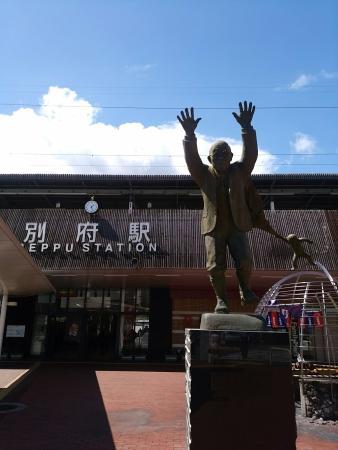 油屋熊八の銅像