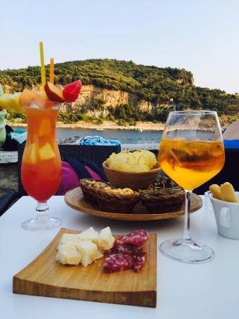 Aperitivo in terrazza vista mare - Foto di Bar Doria, Porto Venere ...