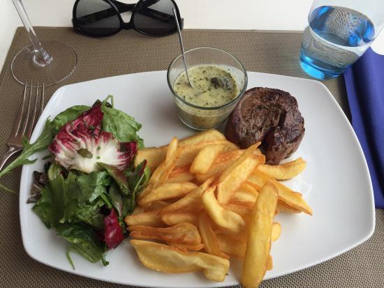 Grand Hotel Moriaz : Roulé de filet de boeuf, frites, salades. Un régale!