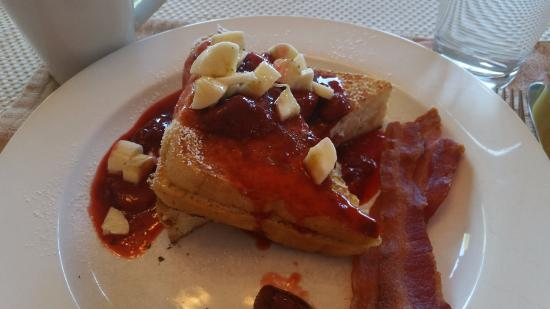 Bryce Trails Bed and Breakfast : Strawberry Banana stuffed French toast with bacon!