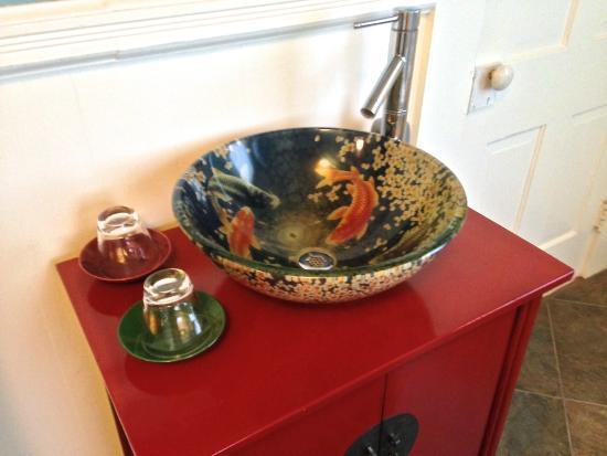 Hilo Bay Hale Bed & Breakfast: Hilo Bay Hale Bed and Breakfast Bathroom sink
