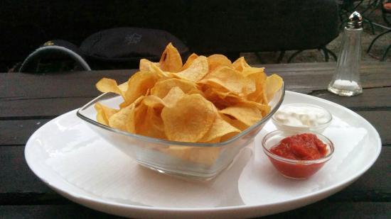 Danach fasst man keine Tütenware mehr an: Frische, hausgemachte Kartoffelchips mit zwei Dips.