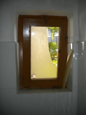 bagno con finestra rotta.  picture of villaggio baia d'ercole, Disegni interni