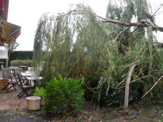 Campanile Montauban : terras van het restaurant na de windhoos van 31/8