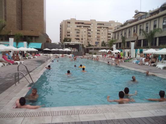 Zona de piscina picture of melia lebreros seville for Piscina melia lebreros sevilla