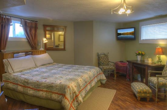 Heartwood Inn and Spa: Lower Turret - King bed
