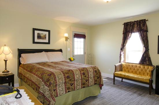 Heartwood Inn and Spa: Main East room separate entrance