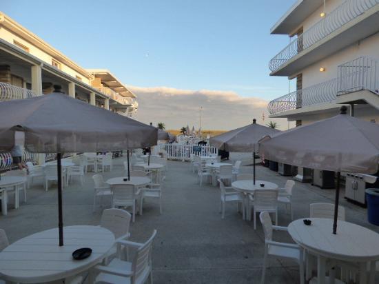 Trylon Motel: new courtyard