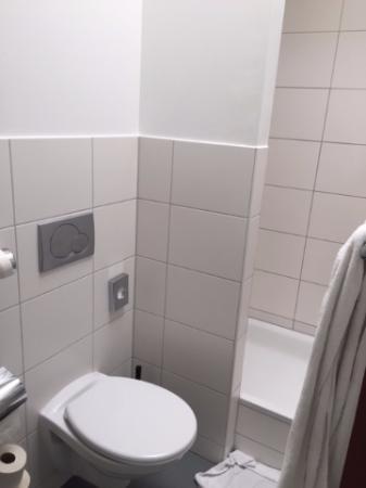 badezimmer mit schiebetüre und glaswand - bild von mk hotel