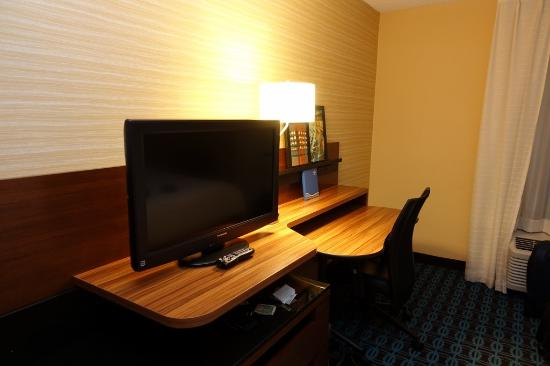 Fairfield Inn East Rutherford Meadowlands: Good desk space with power outlets