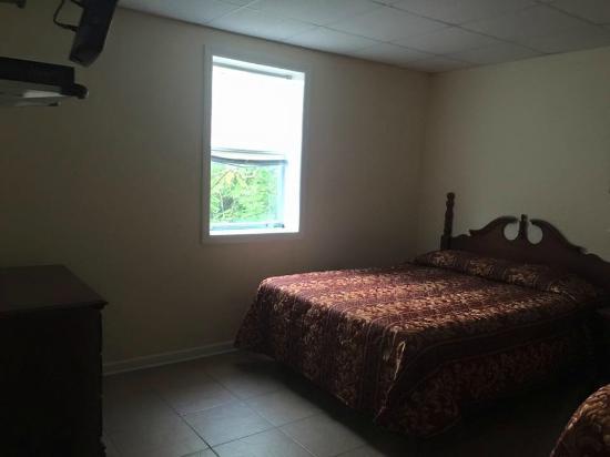 Palm Villa Suites Hotel: 2nd bedroom - blinds barely went up