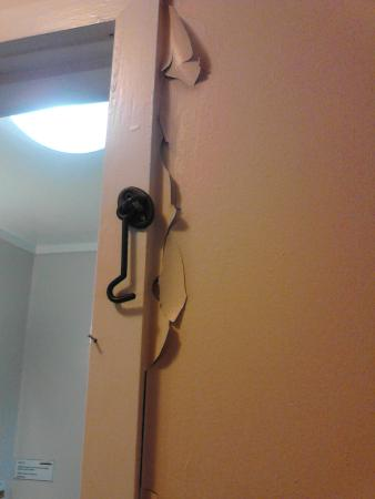 Ascot Epsom Motel : Damage to door frame