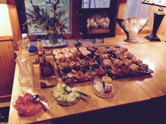 Glacier Bay Country Inn Restaurant : Homemade Hot Donuts