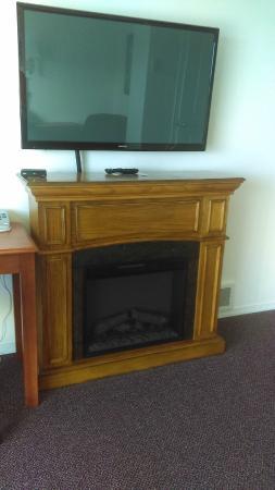 Ocean View Inn & Suites: Surprise! Its a fireplace!