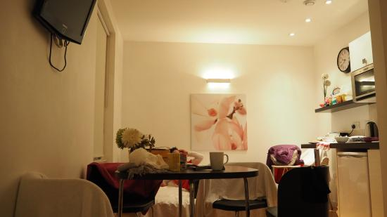 Hyde Park Executive Apartments: additional bed for two, and a small dining table