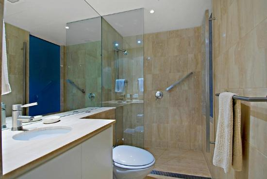 Little Cove Court: Bathroom