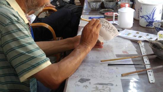 """Jingdezhen Ceramic Exposition : """"Hand painting this bowl"""""""