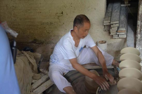 """Jingdezhen Ceramic Exposition : """"Worker at the faciliy"""""""