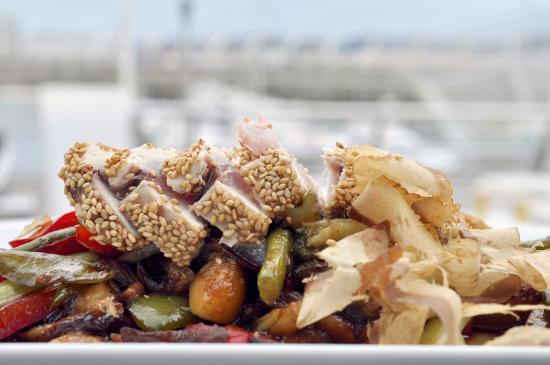Ocean gijon: Tataki de bonito con wok de verduras