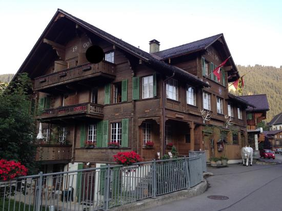 Hotel Wildhorn: View of the hotel from the main street