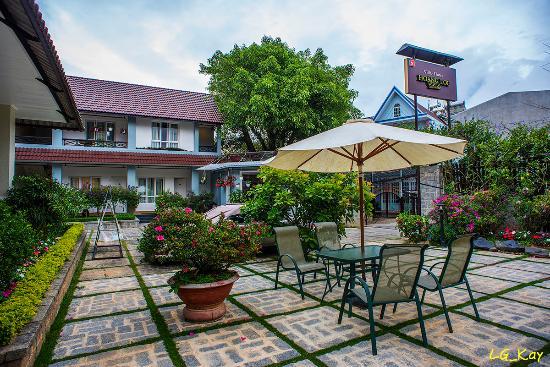 Hoang Loc Villa Hotel: Nice hotel porch