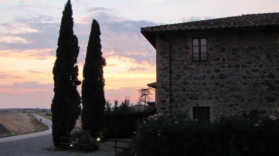Montenero d'Orcia, Italia: Sonnenuntergang vor dem Restaurant