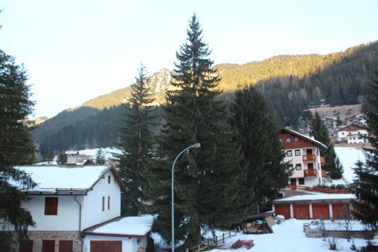 Hotel Rododendro: Вид из окна