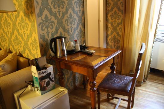 Antica Dimora dell'Orso: столик с чайником, чай в пакетиках и кофе