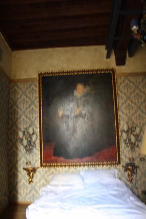 Antica Dimora dell'Orso: картина над изголовьем кровати
