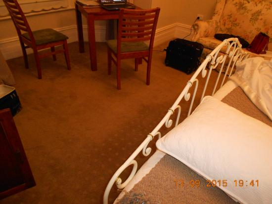Arundels Boutique Bed & Breakfast Accommodation : Carpet a bit worn and stained
