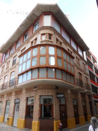 Plaza Julián Romea: Edificio con esquina balconada