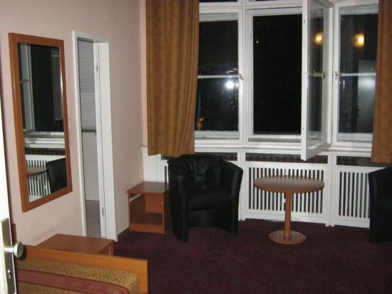 Hotel Aster: Комната очень просторная. Вид из окна во двор.