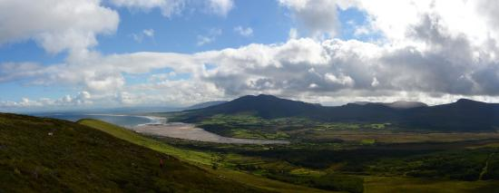Cloghane, Irlanda: Panoramic view. Cloughane at end of bay.