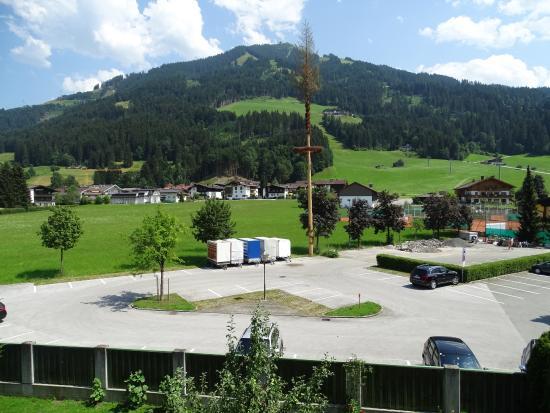 Hotel Garni Austria: uitzicht van op het balkon (achterzijde pension)