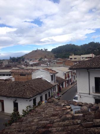 Hotel MS La Herreria: El hotel y la habitación del tercer piso. La vista desde las ventanas de la habitación