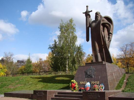 ‪Monument to Ural Citizens Who Forged the Victory‬