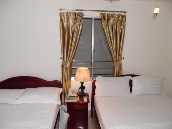 Hotel Golden Lotus: до 3-го этажа вид из окна - стена дома напротив)))
