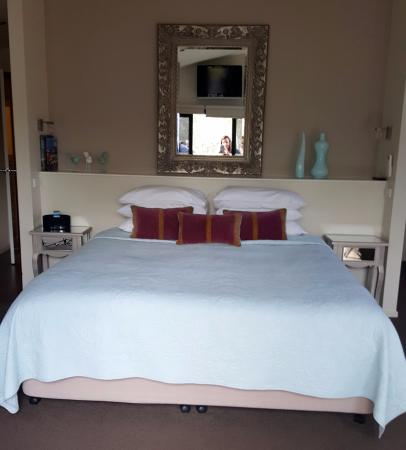 Adelphi Apartments: king size bed
