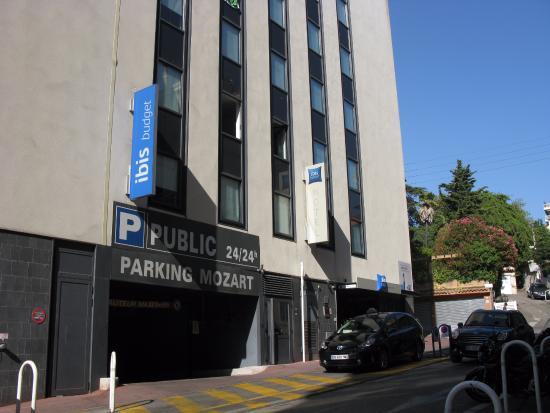 Ibis Budget Cannes Centre Ville: Ingresso hotel e parcheggio