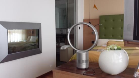 Hirschen: Modern design, fireplace and fan, interior decoration, bed and bathroom