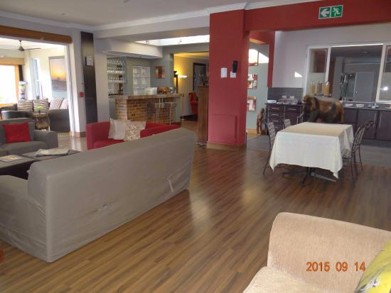 314 on Clark Guest House: Cummunal dining/living room with coffee & tea station.