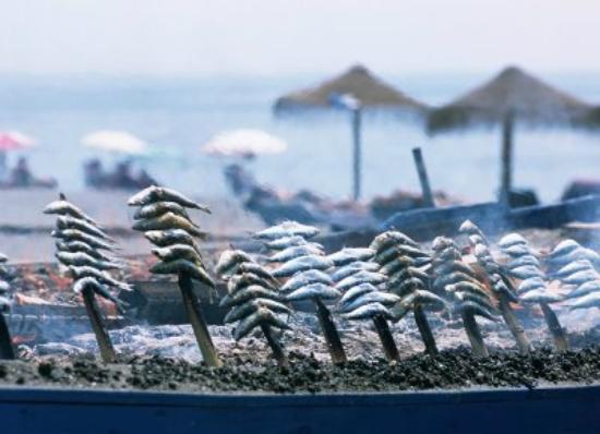 La Vinuela, Spanje: sardientjes gerookt op strand torre del mar op 20 min