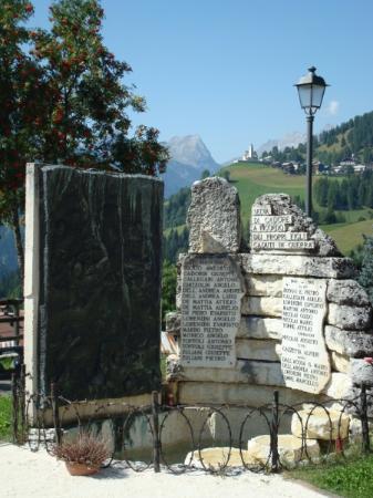Monumento ai caduti delle guerre: Magnifica vista sui monti e Colle S. Lucia