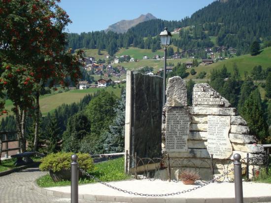 Monumento ai caduti delle guerre: Veduta sui borghi di Colle S. Lucia