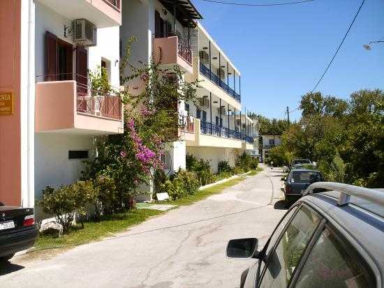 Avra Beach Hotel: Oppe fra vejen.